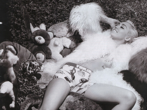 miley-cyrus-topless-v-600x450